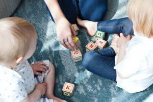 親子で一緒に遊ぶイメージ